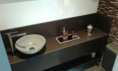 17 -Pia de banheiro com granito marrom absoluto.