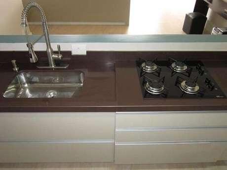 34- Pia de cozinha com granito absoluto marrom.