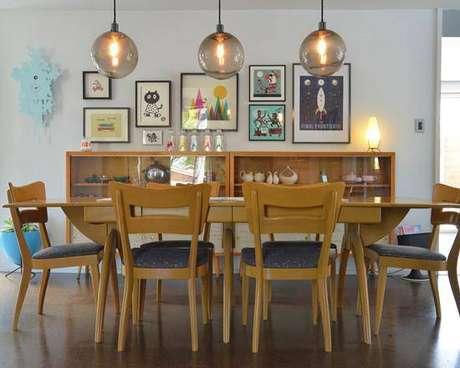 17 – O vidro deu visibilidade para as utilidades domésticasguardadas dentro do buffet para sala de jantar