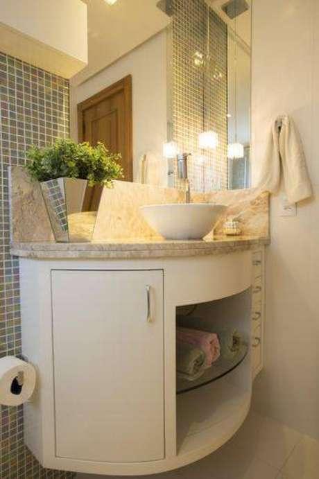 14. Mesmo um armário de banheiro pequeno pode atender as suas necessidades. Nesse caso, ele conta também com uma prateleira embutida de vidro