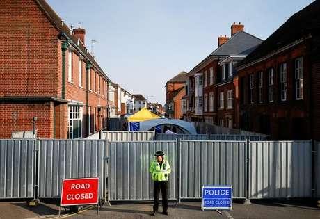 Policial em local de investigação de envenanamento de britânicos com Novichok em Amesbury 05/07/2018  REUTERS/Henry Nicholls