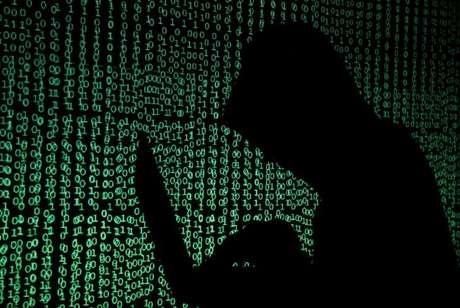 Pessoa encapuzada diante de projeção de códigos cibernéticos em foto ilustrativa 13/05/2017 REUTERS/Kacper Pempel/Illustration