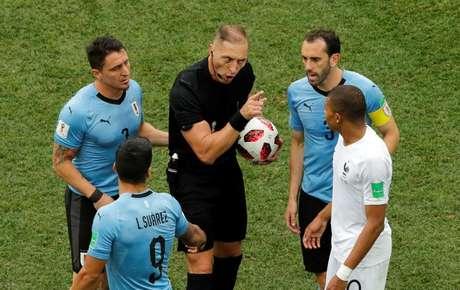 Pitana durante jogo entre França e Uruguai  6/7/2018    REUTERS/Carlos Barria