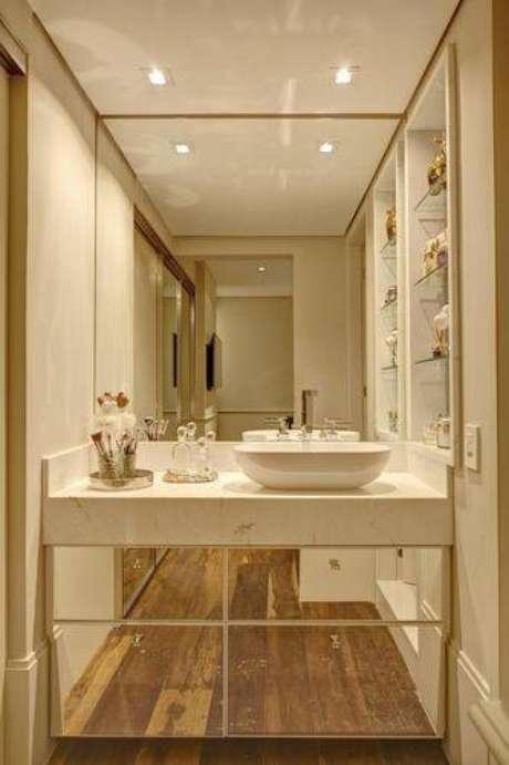 9. É importante deixar a bancada pronta para uso e o armário de banheiro organizados