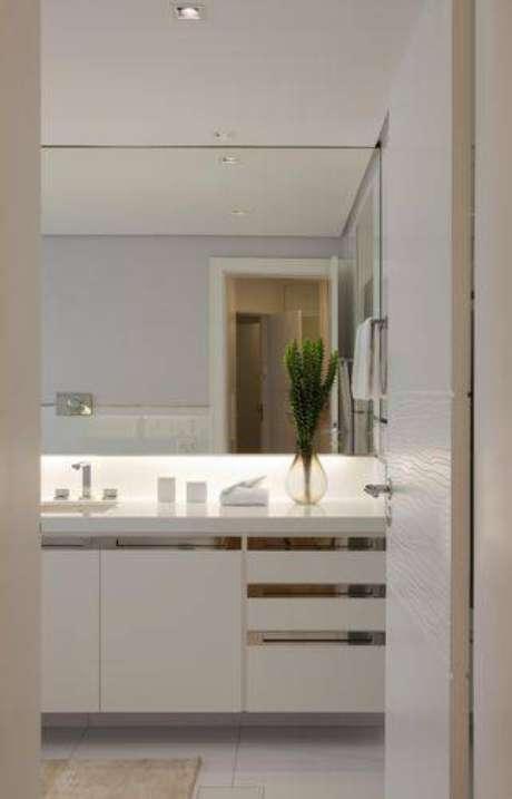4. Deixar os puxadores metalizados nas gavetas e portas deixa o ambiente elegante e fácil de limpar