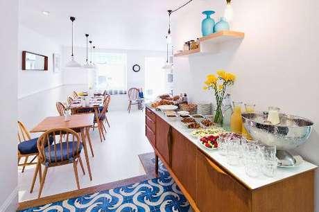 3 – Esse buffet vintage está servindo como apoio durante a refeição, o que acaba liberandomais espaço nas mesas