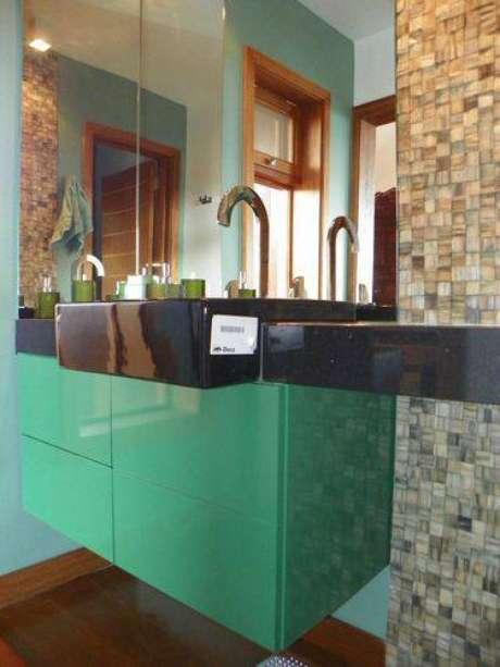 23. Modernidade aliada à praticidade no armário de banheiro suspenso colorido