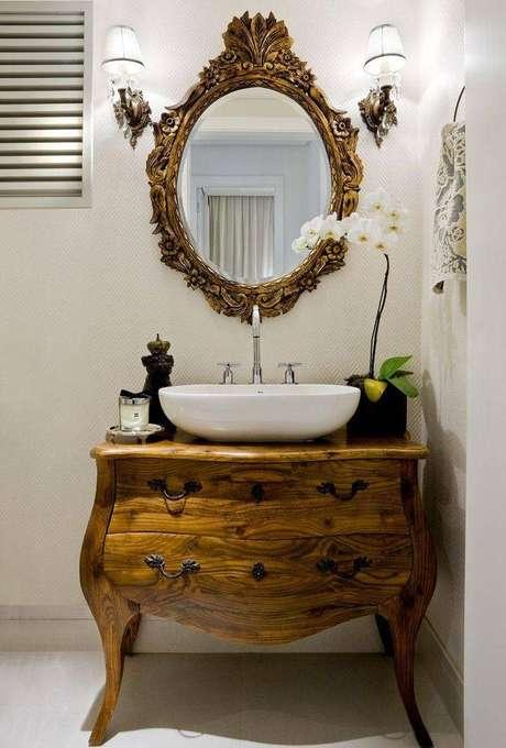 29. Armário de banheiro criativo feito com uma cômoda, muito elegante