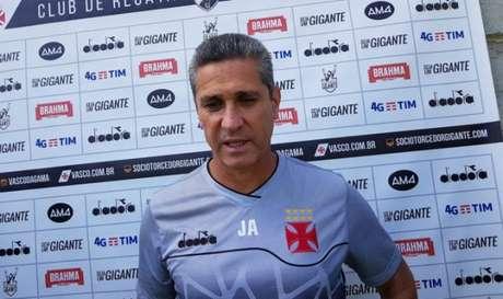 Jorginho é o técnico do Vasco e falou com a imprensa após o treino desta sexta no CT. Veja a seguir a galeria LANCE!