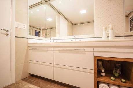 32. Jogos de espelhos dão a impressão que o banheiro é maior
