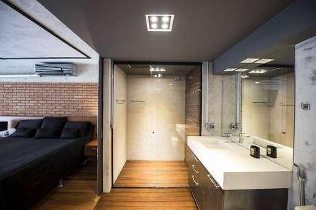 34. O armário de banheiro segue o mesmo estilo de decoração do quarto