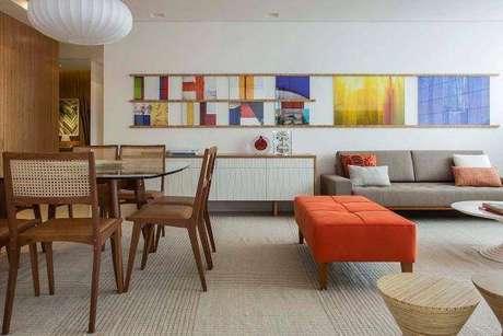 9 –A sala tem toques de cores fortes, mas a base é de tons neutros, como o marrom e o branco do buffet para sala de jantar escolhido