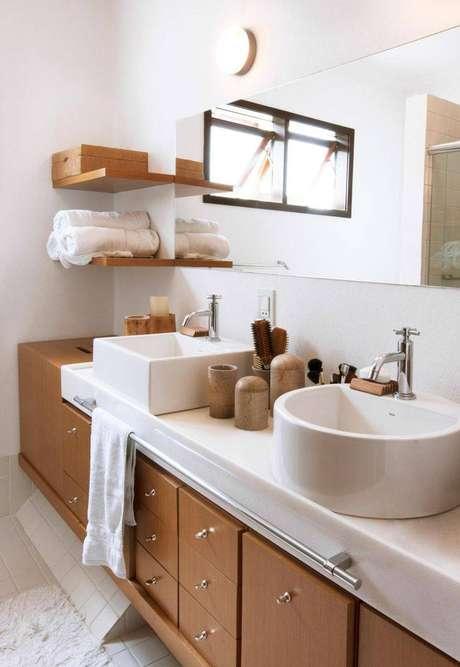 1. O armário de banheiro com marcenaria impecável torna os banheiros planejados lindíssimos