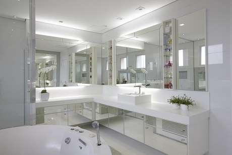 41. Os banheiros planejados podem ser espelhados e muito requintados. Projeto por Patricia Covolo