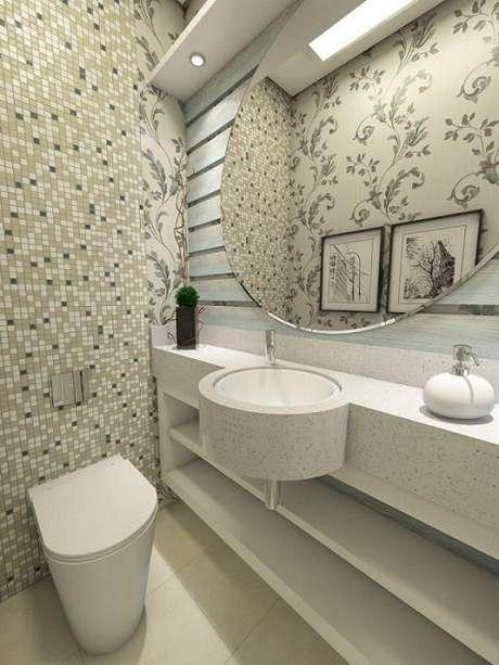 43. Banheiros planejados podem ter prateleiras como armários, armazenando os itens de forma prática. Projeto por Ednilson Hinckel