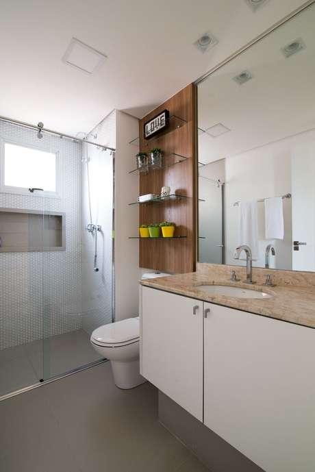 44. Os armários de banheiros planejados podem ser combinados com prateleiras e nichos. Projeto por Danyela Correa