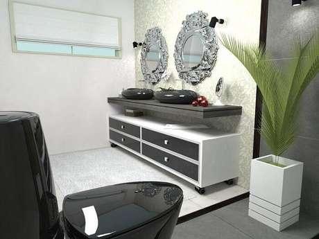 38. O armário com rodízios é prático, pois pode ser movimentado, e moderno