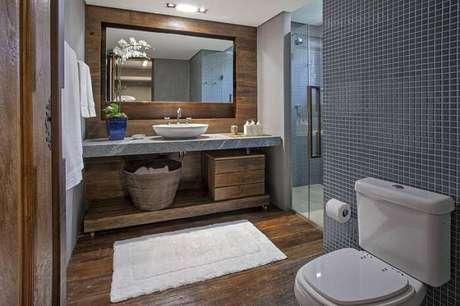 35. O armário de banheiro rústico pode ser um gaveteiro com cesto artesanal. Projeto por Gislaine Lopes