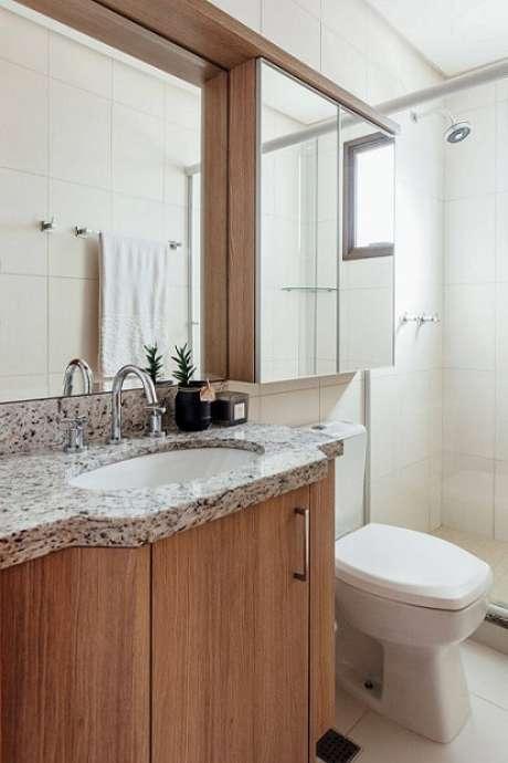 27. A espelheira é um espaço a mais para guardar as coisas do banheiro. Projeto de Ambientta Arq