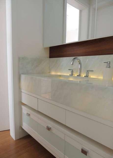 46. As cubas de banheiros planejados podem ser maiores e contar com armários personalizados. Projeto por CS Projetos Decoração de Interiores