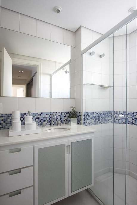 47. As pastilhas são capazes de dar mais graça aos banheiros planejados brancos. Projeto por Leo Shehtman