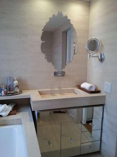 48. Os banheiros planejados pequenos com armários espelhados ficam requintados. Projeto por Dany Santos Barbosa