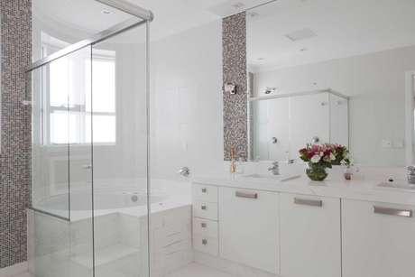 50. Banheiros planejados ficam bonitos e cheios de charme. Projeto por Erica Salguero