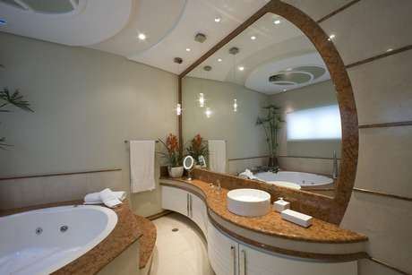 51. Com linhas curvas, os banheiros planejados podem ser totalmente personalizados. Projeto por Aquiles Nicolas Kilaris