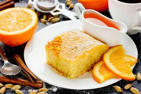 Bolo de laranja regado com calda de laranja