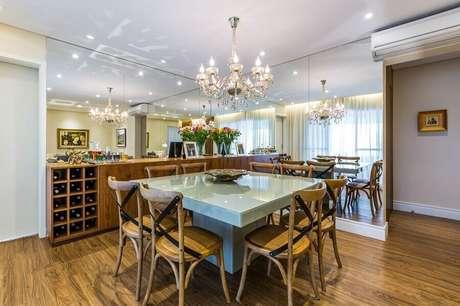 18 – Modelo de buffet com adega para sala de jantar com parede espelhada e mesa em tom de azul claro