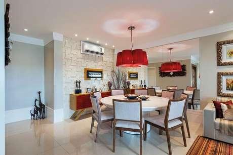 19 – Buffet para sala de jantar com parede espelhada e luminária pendente vermelha combinando com as portas do móvel
