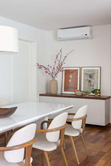30 – Decoração clean com buffet para sala de jantar bem discreto