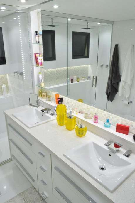 25. Banheiro planejado para duas pessoas com gabinete com cubas embutidas e espelheira