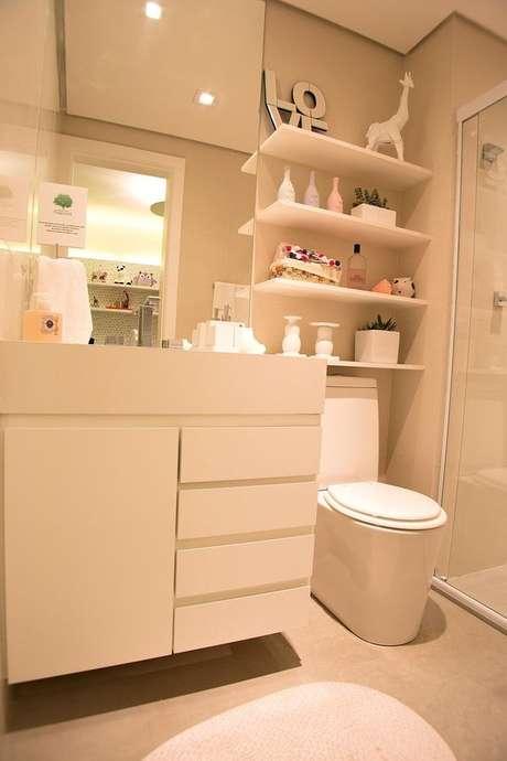 2. Armário para banheiro clean, com linhas marcantes e sem puxadores