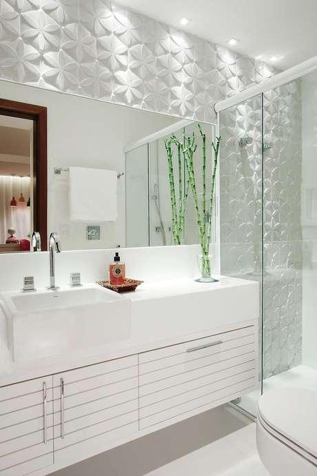 18. O revestimento é um diferencial nesse banheiro, deixando-o mais charmoso e com um visual bem único
