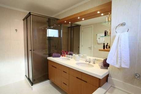 30. Armário de banheiro de madeira é muito bonito e, dependendo do design, pode também ser moderno