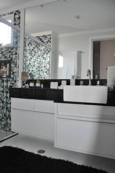 21. Banheiro preto e branco fica muito bonito e as pastilhas também com tons de cinza ficaram muito interessantes