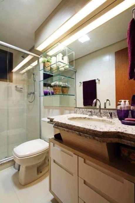 17. Com o gabinete e os nichos, esse espaço se tornou um verdadeiro banheiro completo