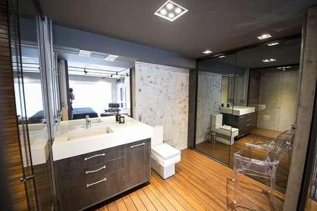 33. Gaveteiro moderno e bonito em banheiro amplo