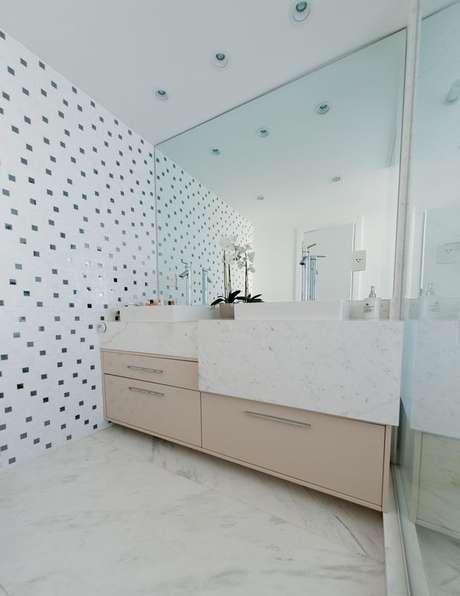 12. Combinação de cores perfeita entre o piso o revestimento da parede, a bancada e o armário de banheiro