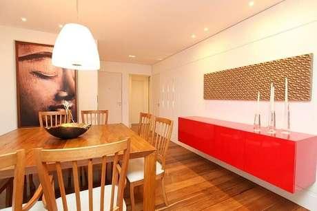 34 – O buffet para sala de jantar pode se tornar a grande estrela da decoração, como esse vermelho em uma sala dominada por tons neutros