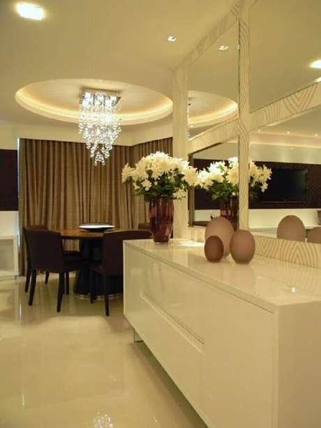 40 – Modelo branco de buffet para sala de jantar sofisticado e discreto