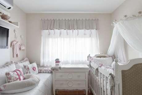 30. Quarto de bebê menina branco com detalhes rosas. Projeto de Leticia Araujo