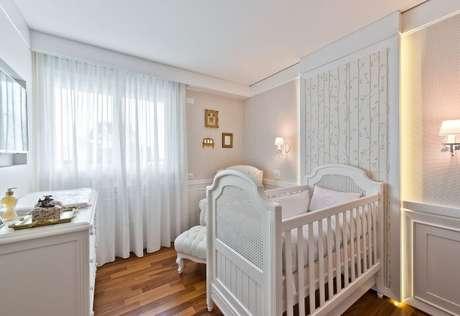 26. Papel de parede para quarto de bebê menina florido em painel iluminado. Projeto de Leonardo Muller