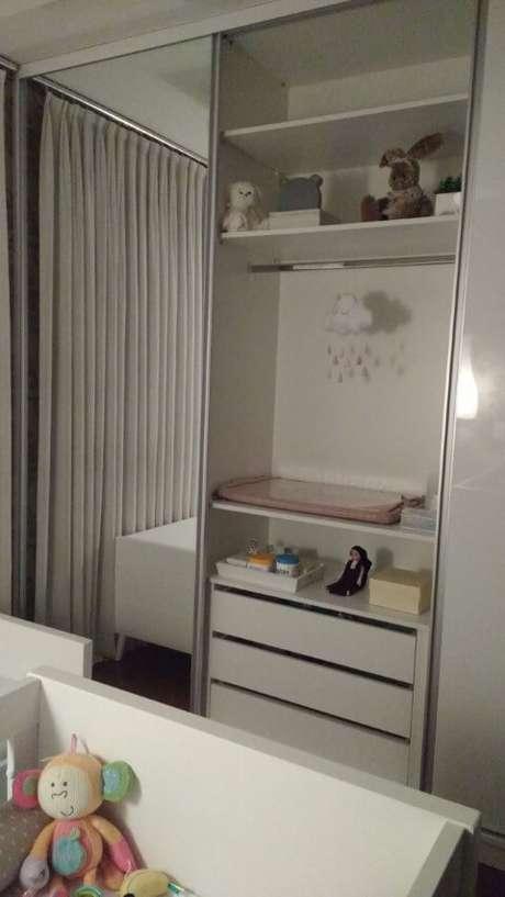 38. O armário espelhado dá uma sensação de maior amplitude ao cômodo. Projeto de Ana Lucia Guadalupe