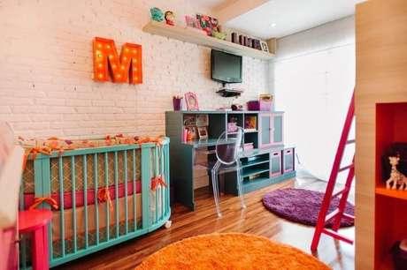 43. Berço e escrivaninha azuis em quarto de menina moderno. Projeto de Codecorar