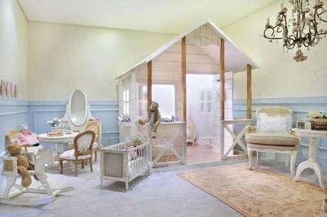 42. A casinha dá um ar lúdico ao quarto de bebê menina. Projeto de Maite Maiani