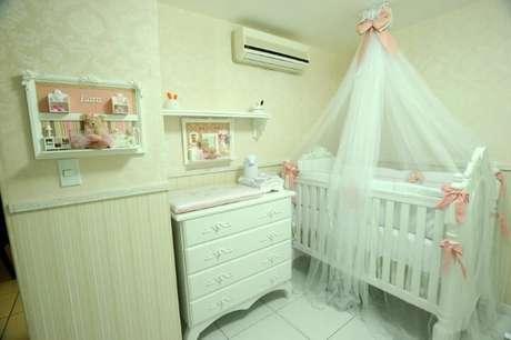 16. Quarto de bebê menina com móveis brancos e decoração bege. Projeto AK Arquitetura