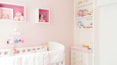 37. Os nichos pintados de rosa ganham destaque na decoração. Projeto de Erik Matsumoto