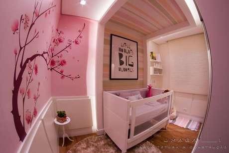 21. O adesivo de parede de árvore com flores ficou ótimo no projeto de Jacqueline Fumagalli